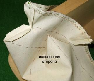 Припуски на шов в нижних уголках кармана разутюжить
