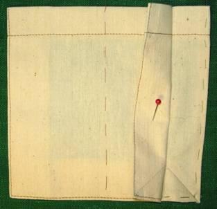 Выполнить закрепки в уголках кармана швом зигзаг