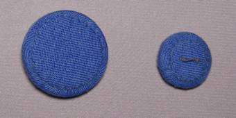 пуговицы украшены вышивкой и стразами
